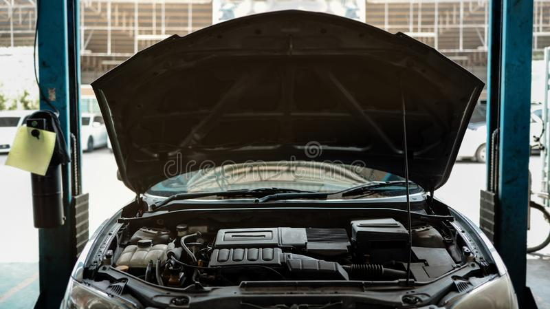 Geopende Hood-auto in het Reparatiestation, Fixing Services royalty-vrije stock foto