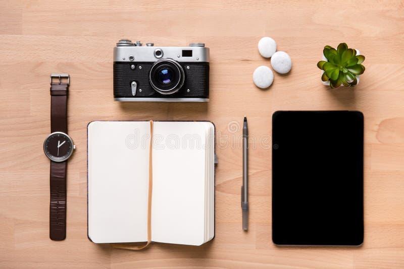 Geopende lege blocnote, pen, horloge, uitstekende camera, tablet en bloem royalty-vrije stock fotografie
