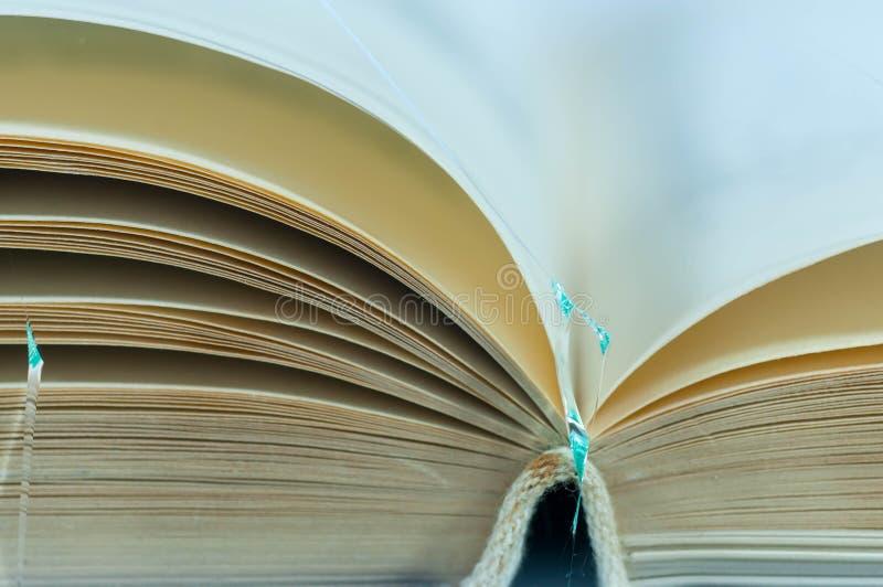 Geopende oude lege die boekpagina's op wit gebroken glas worden geïsoleerd royalty-vrije stock foto's