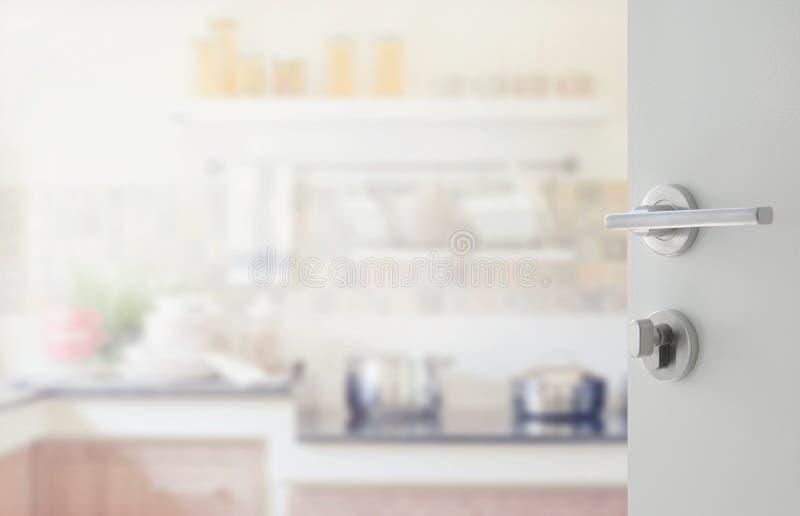 Geopende witte deur voor modern keukenbinnenland royalty-vrije stock afbeeldingen