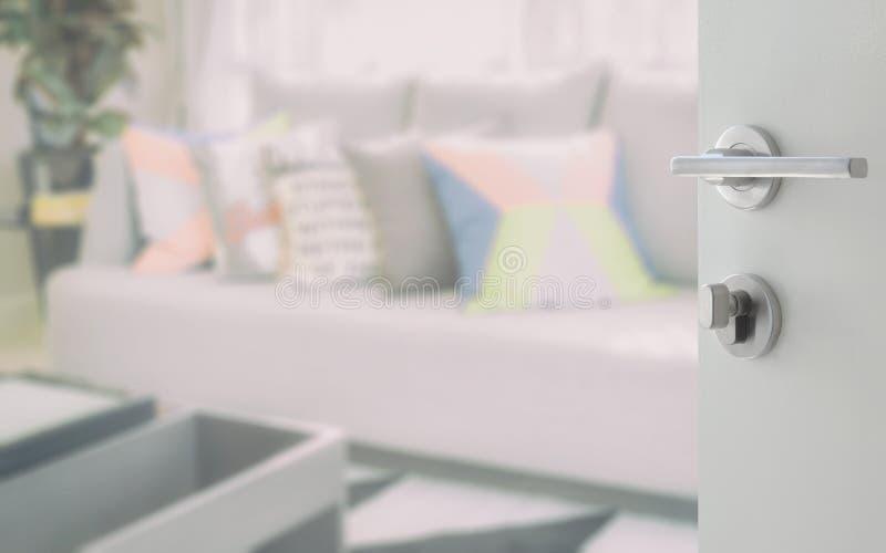 Geopende witte deur voor modern woonkamerontwerp met kleurrijke hoofdkussens stock afbeeldingen