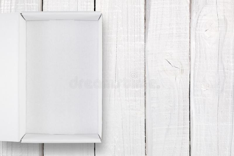 Download Geopende Witte Doos Met Dekking Op Wit Hout Stock Foto - Afbeelding bestaande uit hout, bovenkant: 107701578