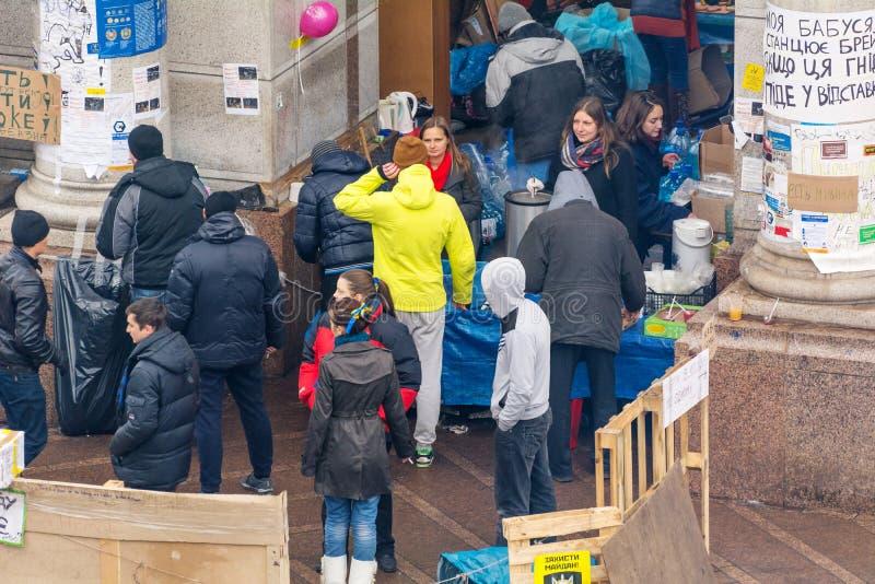 Georganiseerde vrije maaltijd voor de protesteerders in het centrum van Kiev stock afbeelding