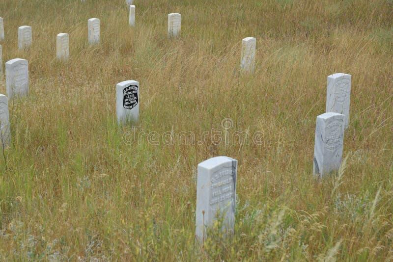 George Custer-teller door zijn gevallen mensen wordt omringd die stock foto