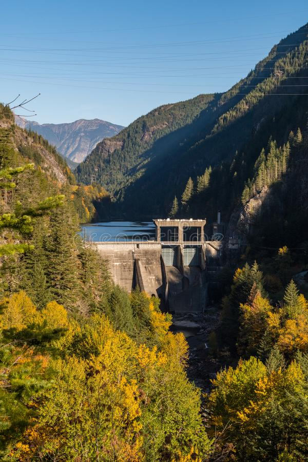 George Dam de la rivière de Skagit entourée par les montagnes et la forêt photographie stock libre de droits