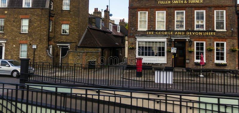 George & Devonshire-bar bij historische gebouwen op de lijnstraat van Burlington Chiswick, Londen royalty-vrije stock fotografie