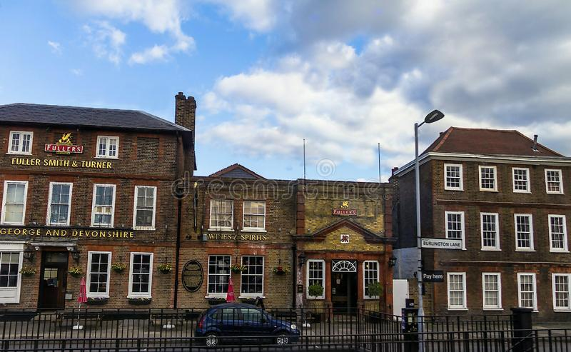 George & Devonshire-bar bij historische gebouwen op de lijnstraat van Burlington Chiswick, Londen royalty-vrije stock foto's