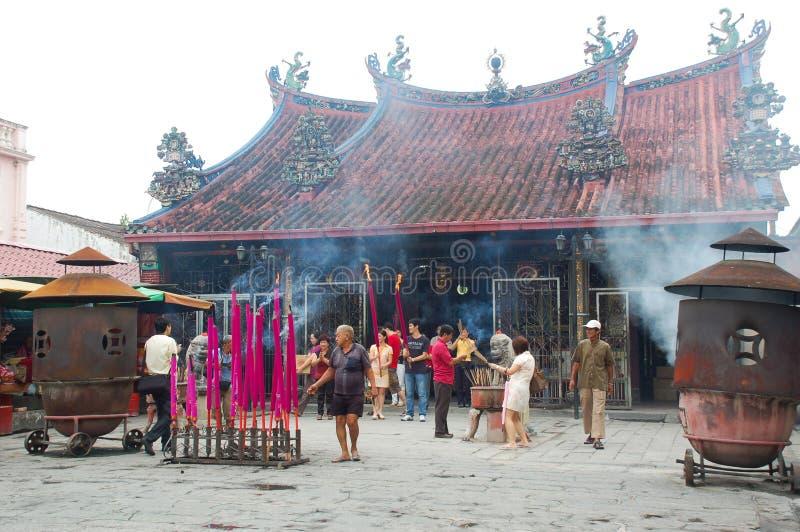 George Town Malaysia - November 18: Jätte- rökelse på den Kuan Yin Teng (gudinna av förskoning) templet i George Town, Penang Nov royaltyfri foto