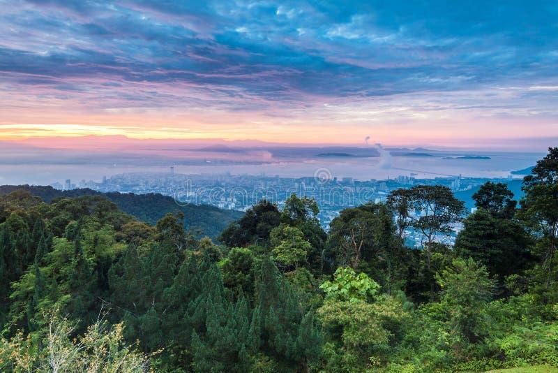 George Town stadssikt från den Penang kullen royaltyfri fotografi