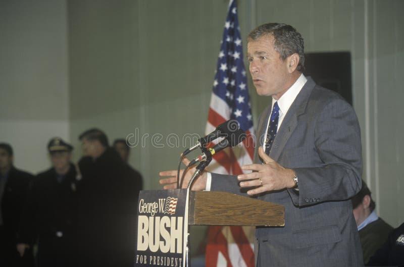 George W Bush die van podium bij campagneverzameling spreken, Londonderry, NH, Januari 2000 royalty-vrije stock foto