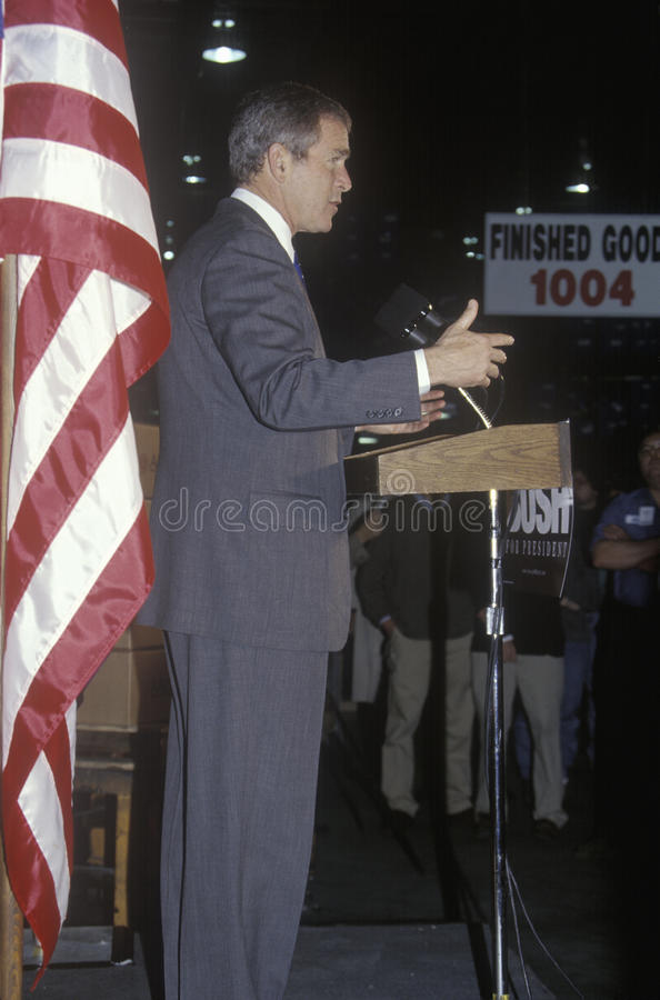 George W Bush parlant du podium au rassemblement de campagne, Laconia, NH, janvier 2000 photographie stock