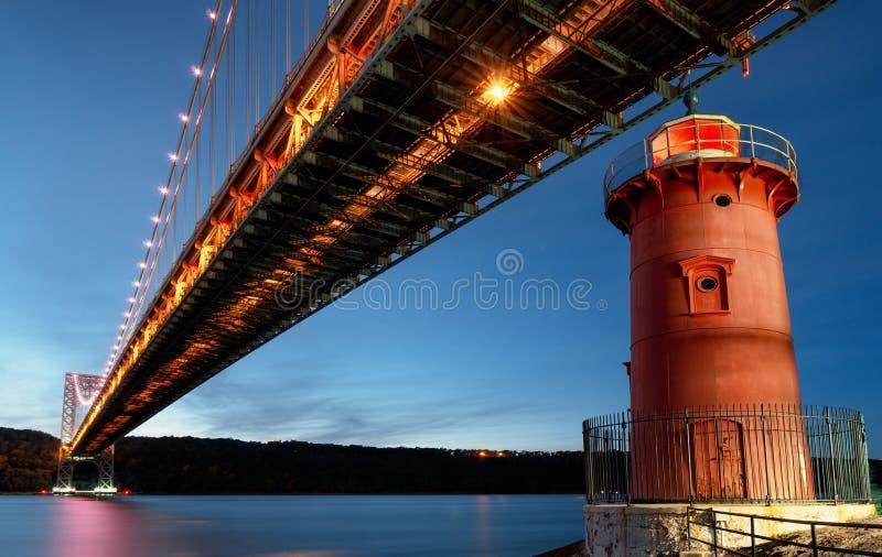 George Washington Bridge en Rood de Haaklicht van Weinig Vuurtoren officieel Jeffrey, New York, de V.S. stock afbeeldingen