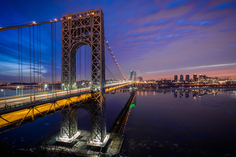 George Washington Bridge iluminou-se acima para o Super Bowl fotos de stock royalty free