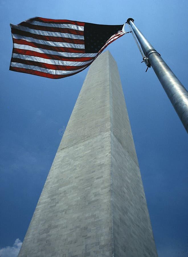 George Washington Monument com bandeira americana foto de stock royalty free