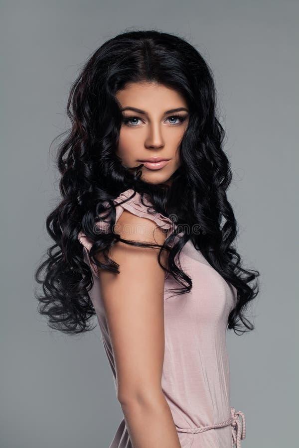 Georgeous brunettkvinna med sunt hår royaltyfri fotografi