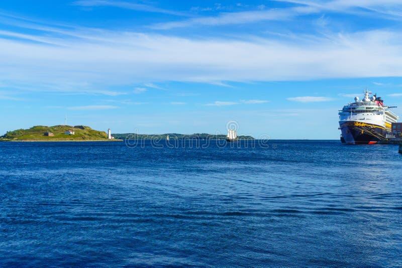Georges Island-vuurtoren, en een zeilboot, in Halifax stock foto's