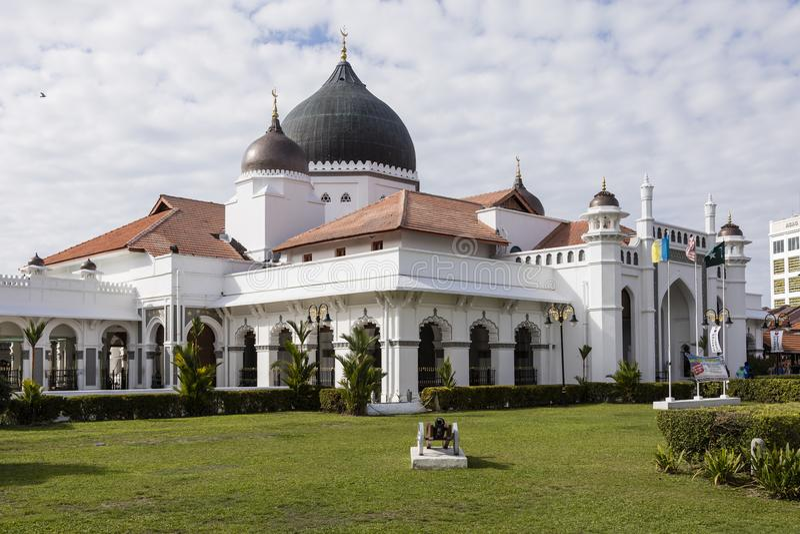 GEORGETOWN, MALASIA, el 19 de diciembre de 2017: La visión desde fuera de una mezquita fotos de archivo libres de regalías