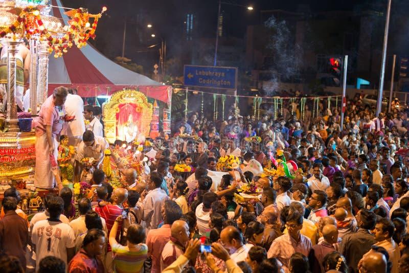 "GEORGETOWN PENANG-/MALAYSIA†""CIRCA JANUARI 2016: Hinduiska fantaster ser arkivbild"