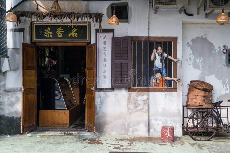 Georgetown Penang/Malaysia - circa Oktober 2015: Gatakonst- och grafittimålningar på väggarna av byggnaden i gamla Georgetown royaltyfri fotografi