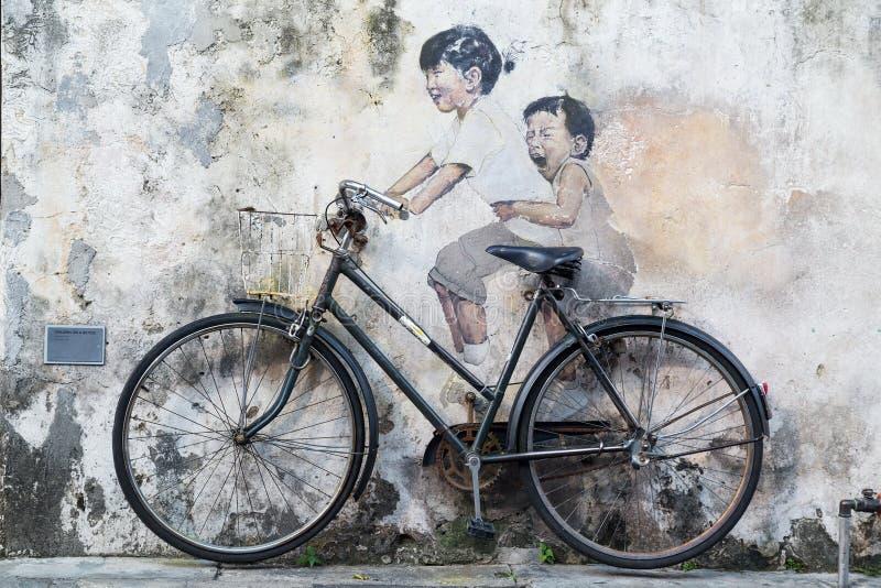 Georgetown Penang/Malaysia - circa Oktober 2015: Gatakonst- och grafittimålningar på väggarna av byggnaden i gamla Georgetown royaltyfri bild