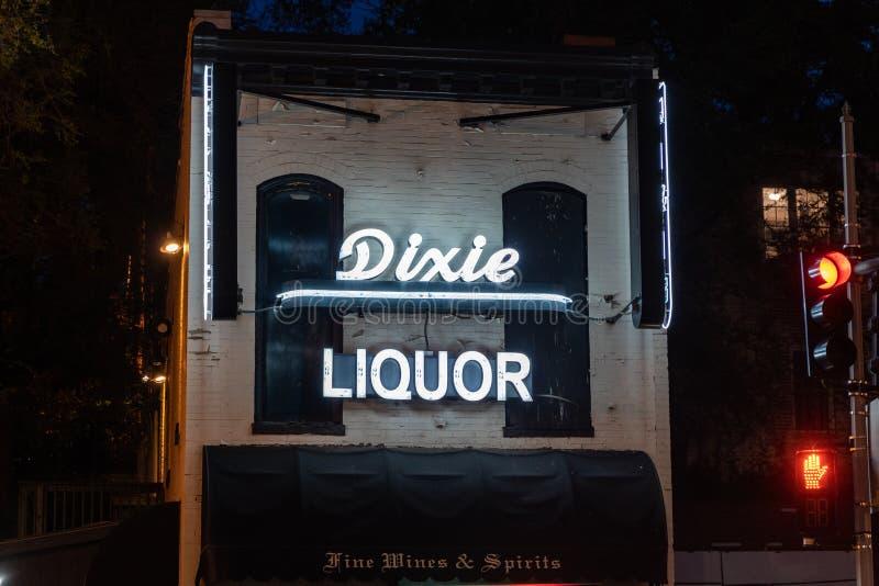 Georgetown, Washington DC - 10 Mei, 2019: De buitendiemening van Dixie Liquor, met het neonteken omhoog bij nacht wordt aangestok stock foto