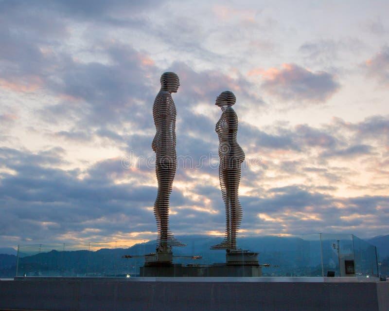 Georgië, Batumi, een monument aan minnaars bij dageraad stock fotografie