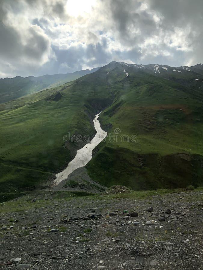 Georgië, bergen en sneeuw in de zomer royalty-vrije stock foto's