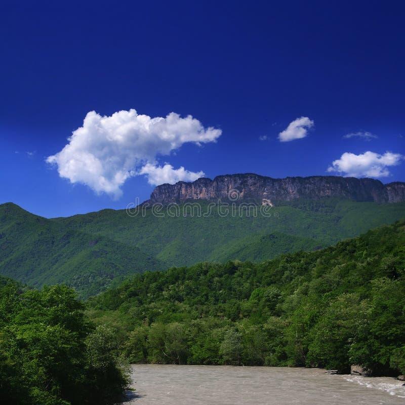 Georgia berg och flod I arkivbild