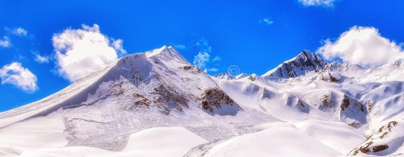 Georgia bergsikt med djupblå himmel, vit snöig landscap arkivfoton