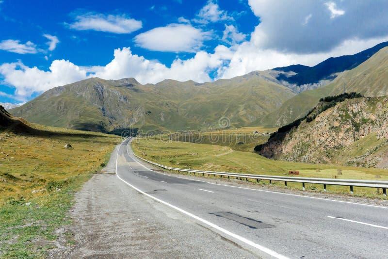 georgia Camino militar georgiano en las montañas Carretera de la montaña caucasus imagen de archivo libre de regalías