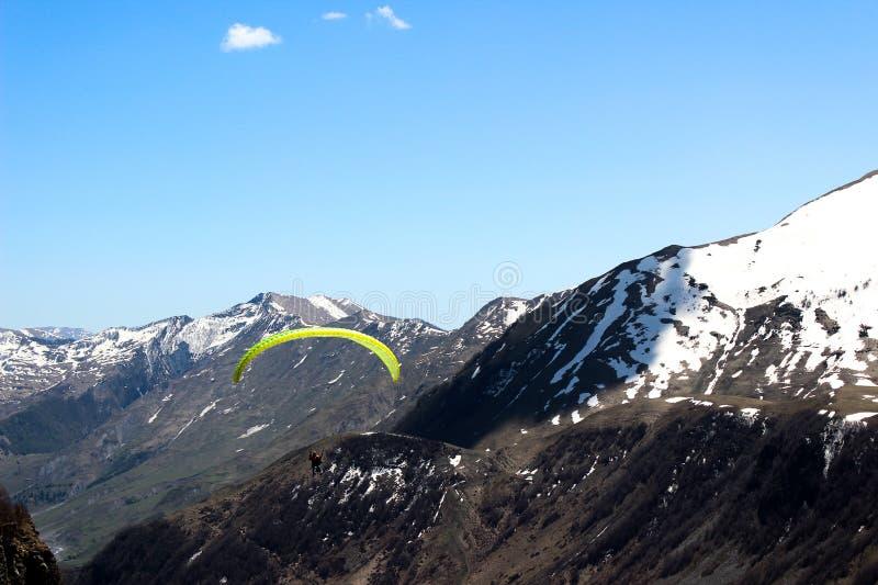 georgia Gudauri Landskap Skydiver bland bergen fotografering för bildbyråer