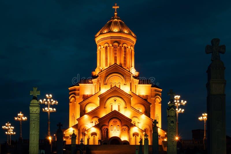 Georgia Tbilisi - 05 02 2019 - Berömd ortodox helig Trinitiy Sameba kyrka exponerad med guld- ljus Night Time Photography royaltyfri foto