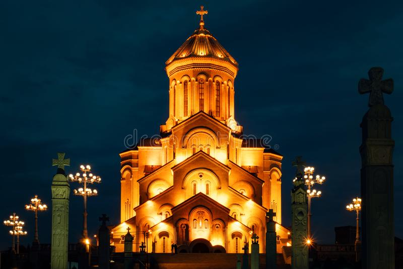 Georgia, Tbilisi - 05 02 2019 - Chiesa santa ortodossa famosa di Trinitiy Sameba illuminata con luce dorata Night Time Photograph fotografia stock libera da diritti