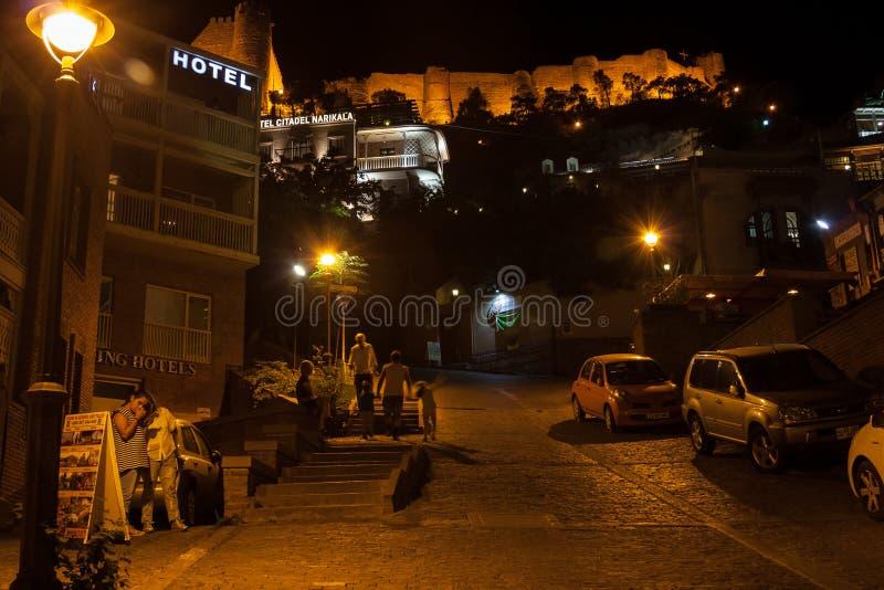 georgia Tbilisi - 23 de septiembre 2017 Opinión de la noche de la ciudad vieja de imagenes de archivo