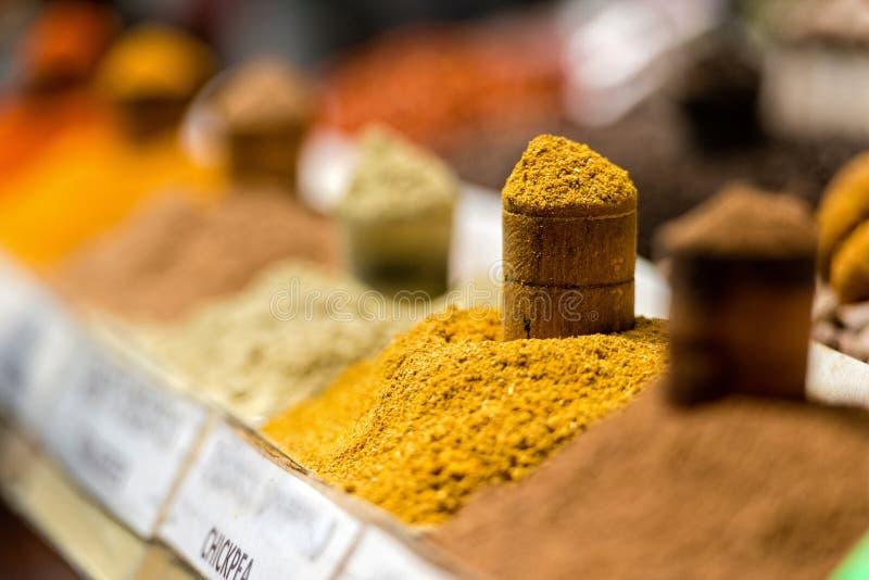 Georgia Tbilisi, marknaden för central stad Fällor med olika kryddor arkivfoton
