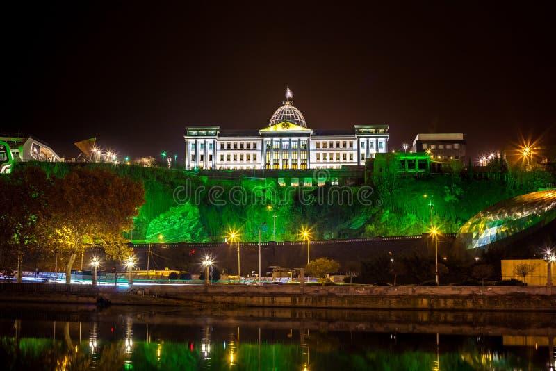 Georgia Tbilisi natt Sikt från den högra banken av Kuraen Ri arkivfoto