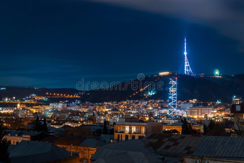 Georgia Tbilisi - 05 02 2019 - Nattcityscapesikt Härligt exponerade tvtorn och berömda gränsmärken - bild arkivbild