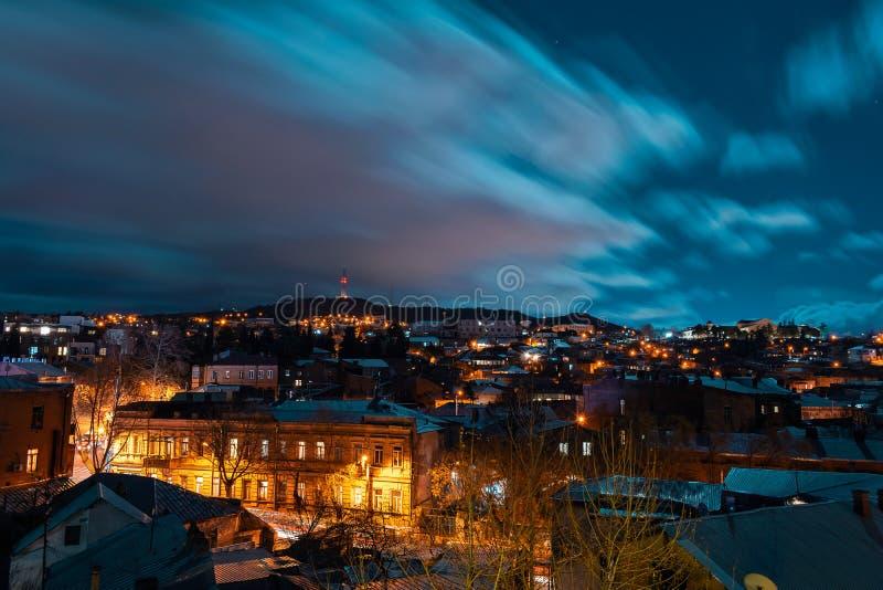 Georgia Tbilisi - 05 02 2019 - Nattcityscapesikt Tjocka moln som flyttar sig över himmelbilden fotografering för bildbyråer