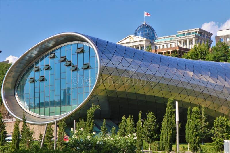 georgia tbilisi Sikt av den futuristiska byggnaden 'Rike konserthall ', påtänkt för att vara en salong arkivfoton