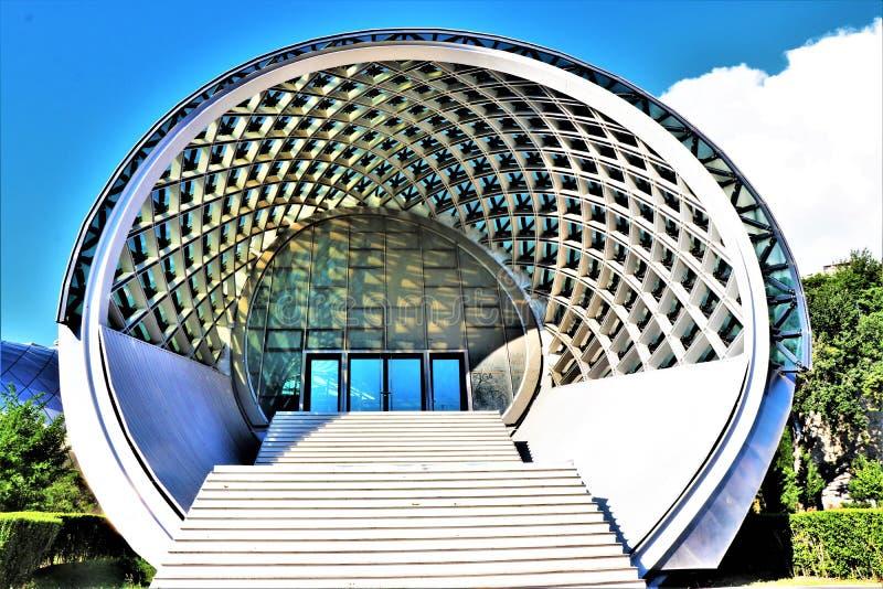 georgia tbilisi Sikt av den futuristiska byggnaden 'Rike konserthall ', påtänkt för att vara en salong royaltyfria foton