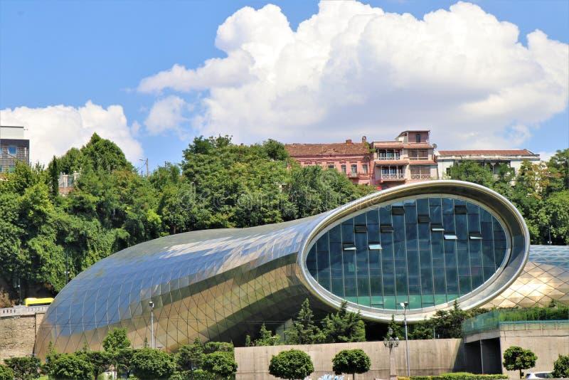 georgia tbilisi Sikt av den futuristiska byggnaden 'Rike konserthall ', påtänkt för att vara en salong royaltyfria bilder