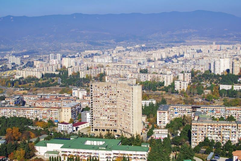 georgia tbilisi Sikt på de gamla kommunistiska byggandekvarteren i ett av stadsområdena arkivfoto