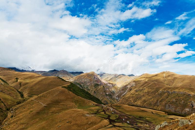 georgia Viste del supporto Kazbek vicino al villaggio di Gergeti fotografia stock libera da diritti