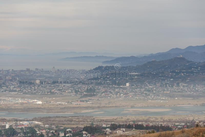 Georgian landskap för höst av den lilla Batumi staden på bakgrunden av berg arkivbilder
