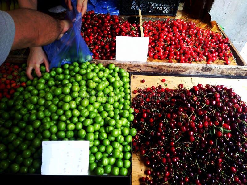 Georgische breite Palette der bunten traditionellen Nahrung im Verkauf im kleinen Straßenmarkt Geschäft - Nahaufnahme auf bunter  stockbild