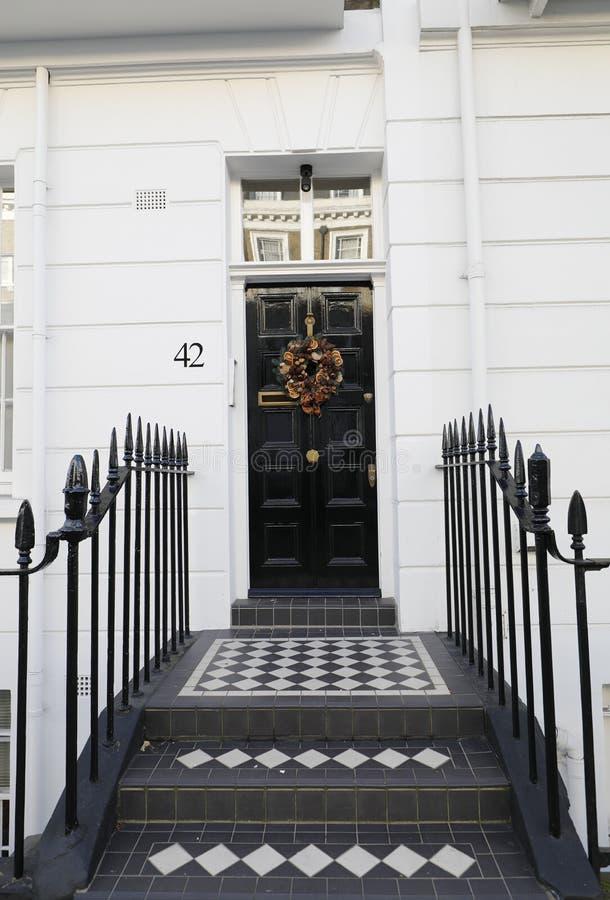 Georgische deur die betegelde stappen kenmerken royalty-vrije stock afbeelding