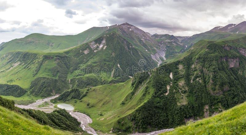 Georgische Militaire Weg, de bergen van de Kaukasus royalty-vrije stock fotografie