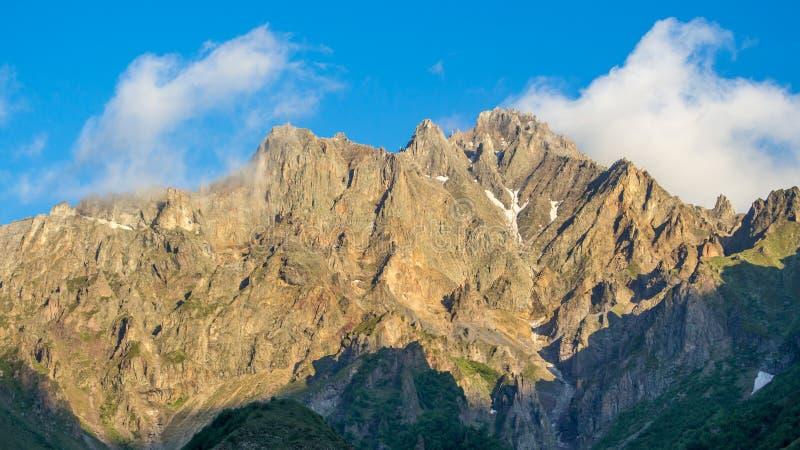 Georgische Militaire Weg, de bergen van de Kaukasus royalty-vrije stock afbeelding