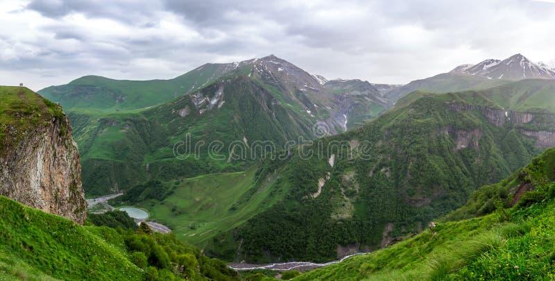 Georgische Militaire Weg, de bergen van de Kaukasus royalty-vrije stock afbeeldingen