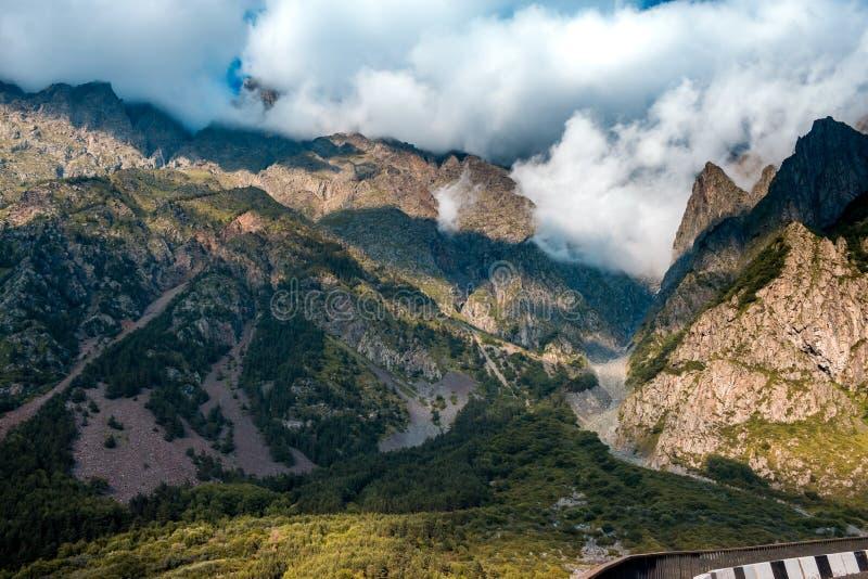 Georgische Militaire Weg, de bergen van de Kaukasus stock foto